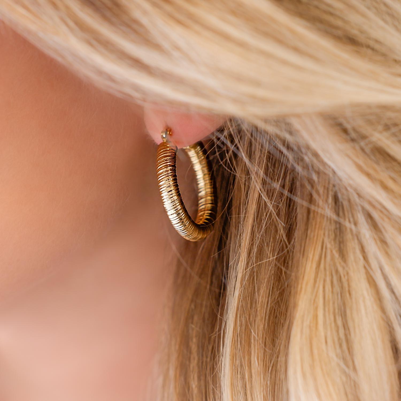 Trendy chunky hoops in het oor voor een mooie look