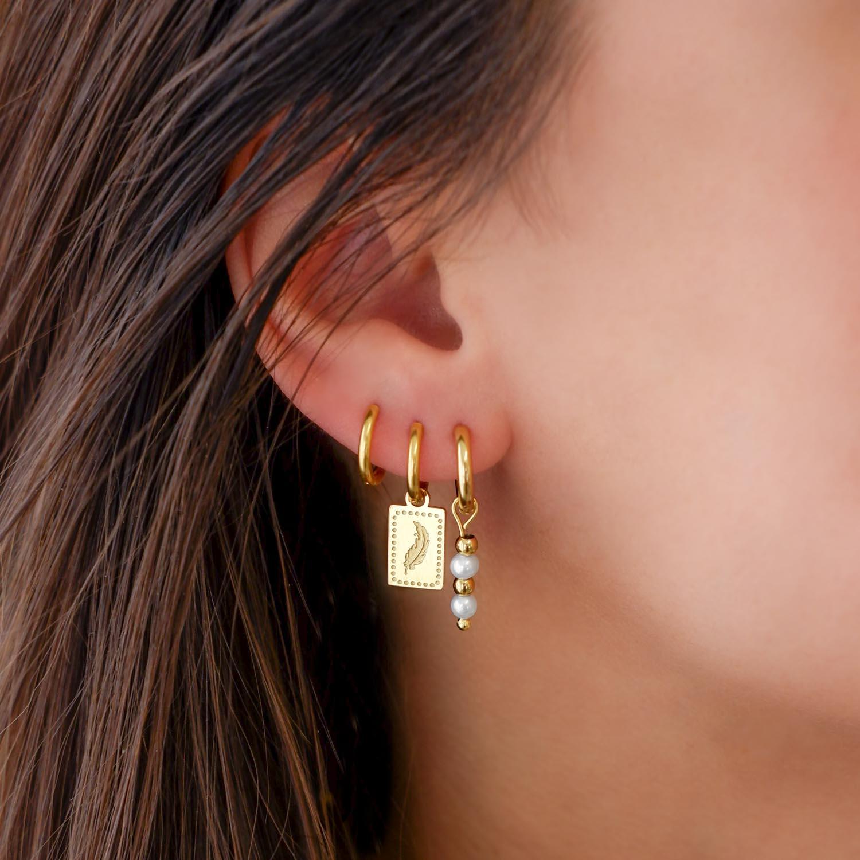 Goud kleurige earparty met veertje en pareltjes oorbellen