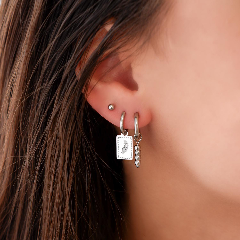 Veertjes oorbellen met bolletjes oorbellen in de kleur zilver