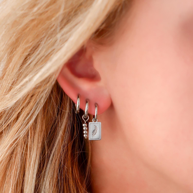 Leuke basis oorringetjes in het oor voor look