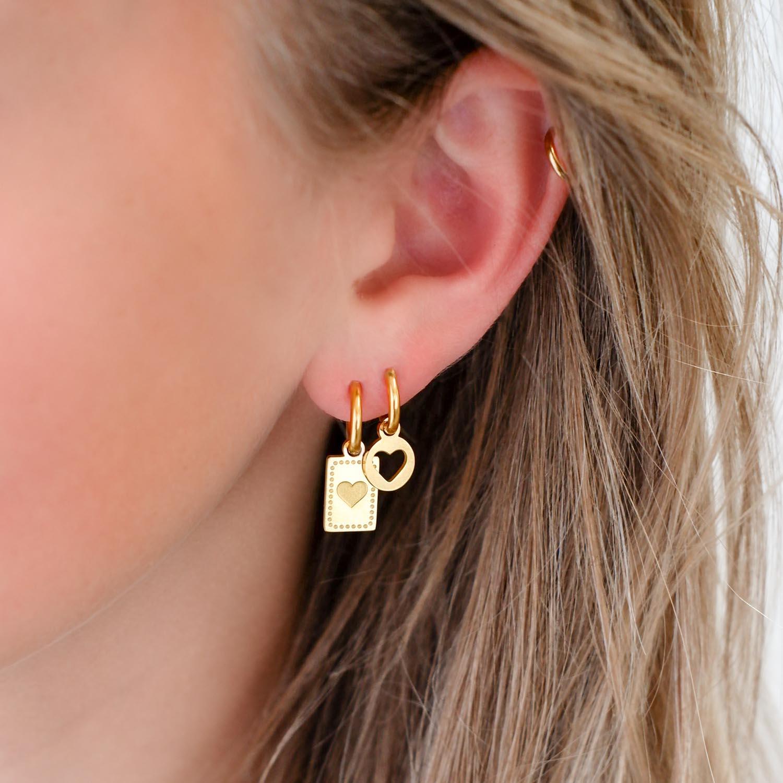 Trendy oorbellen met hanger in het oor voor een complete look