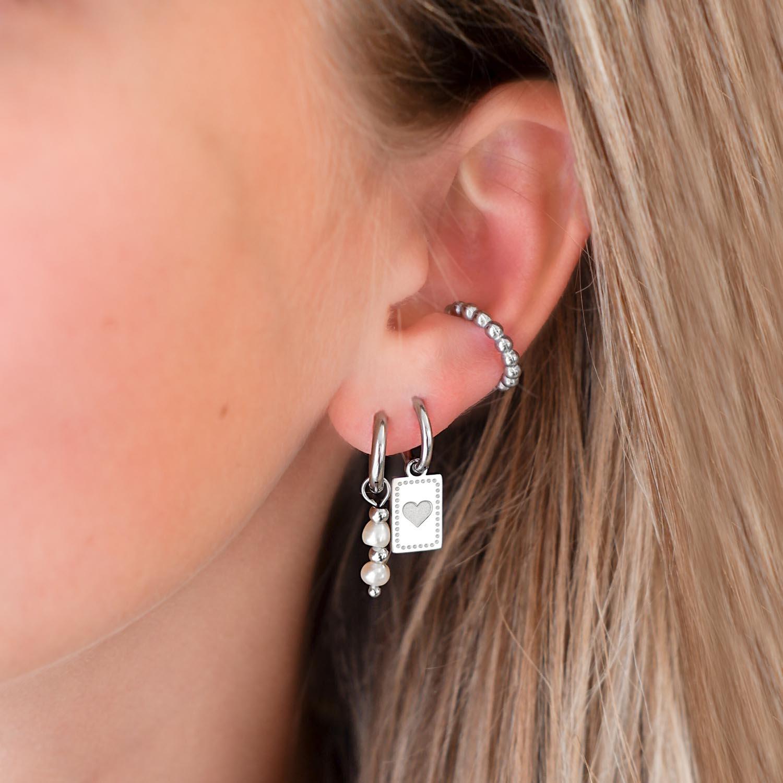 mooie oorbellen met ear cuff in het oor