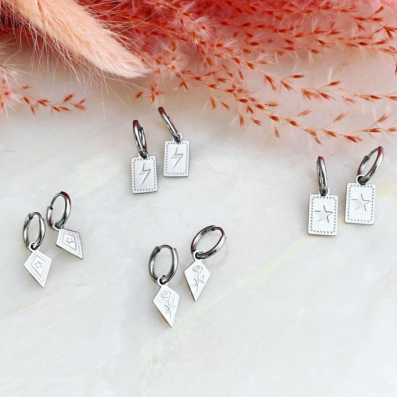 Zilveren bliksem oorbellen gemixt met andere oorbellen