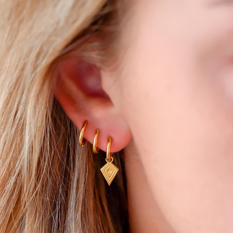 Trendy hanger oorbellen in het oor voor een complete look