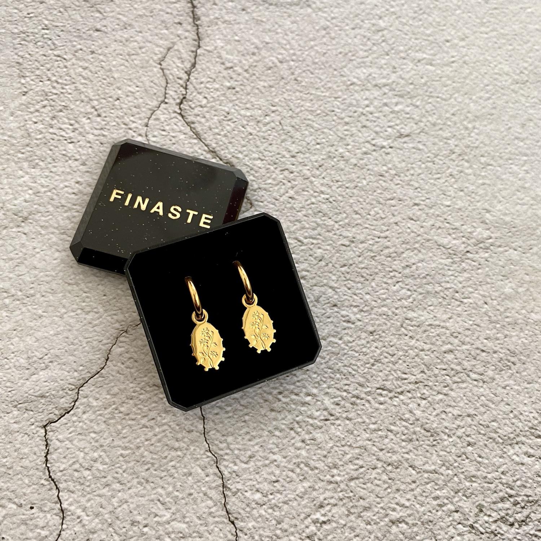 Gouden flower charm oorbellen in sieradendoosje