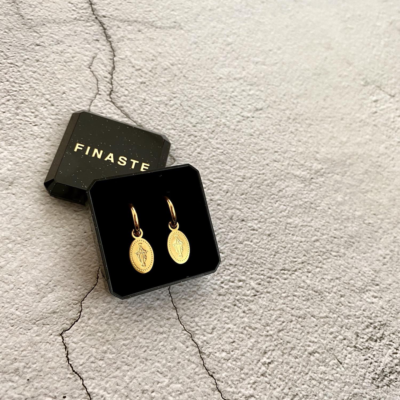 Gouden maria oorbellen in sieradendoosje