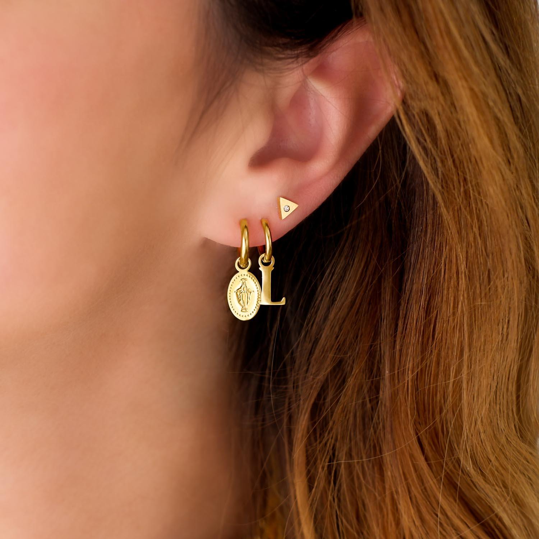 trendy oorbellen met een hanger in het oor