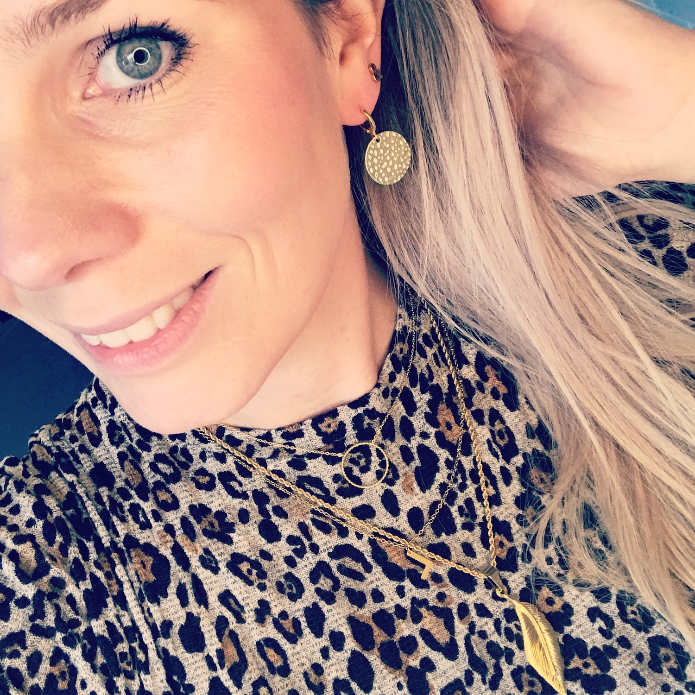 Blonde vrouw met gouden sieraden gecombineerd