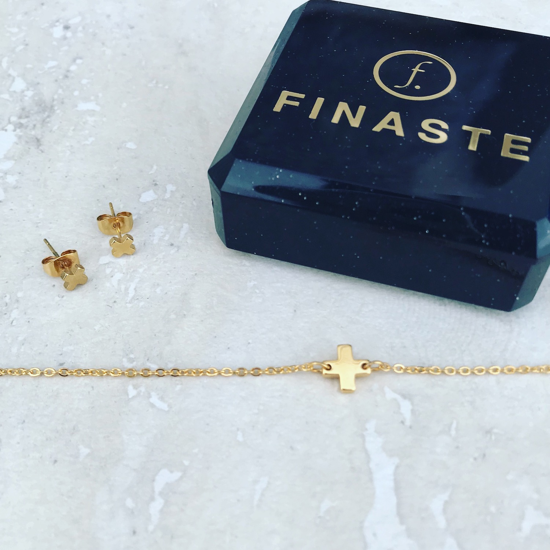 Plus oorbellen en plus armband in goud