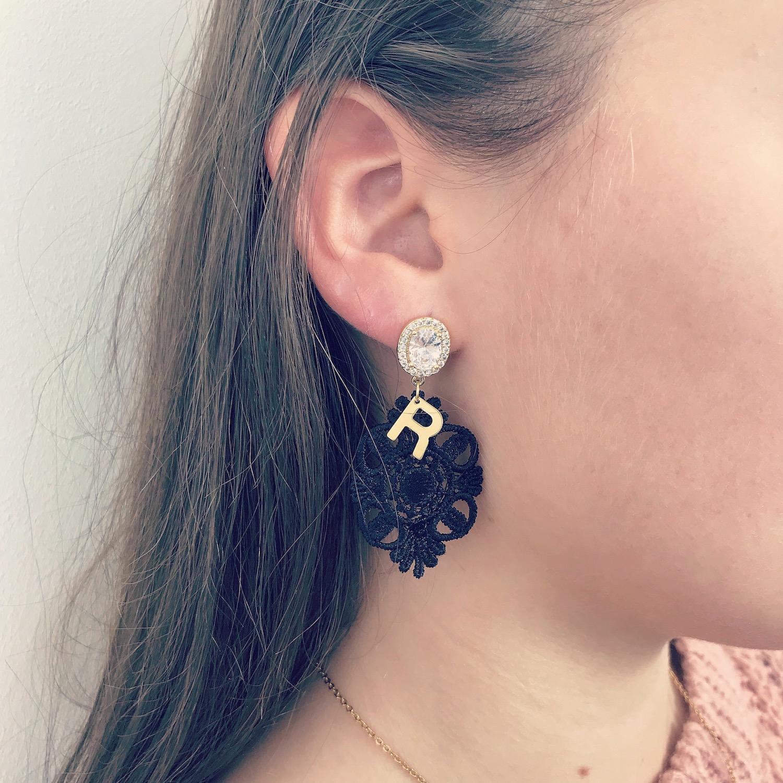 Zwarte kanten initial oorbellen met gouden letter