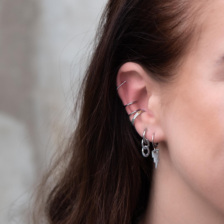 earcuffs in het oor van een vrouw voor een party look