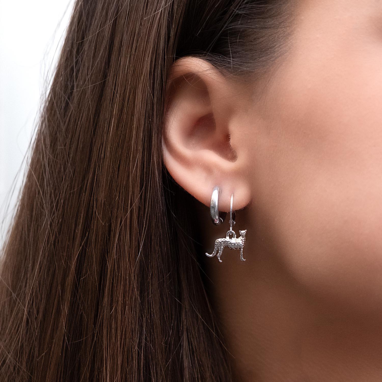 Trendy oorringetjes bij vrouw met donker haar