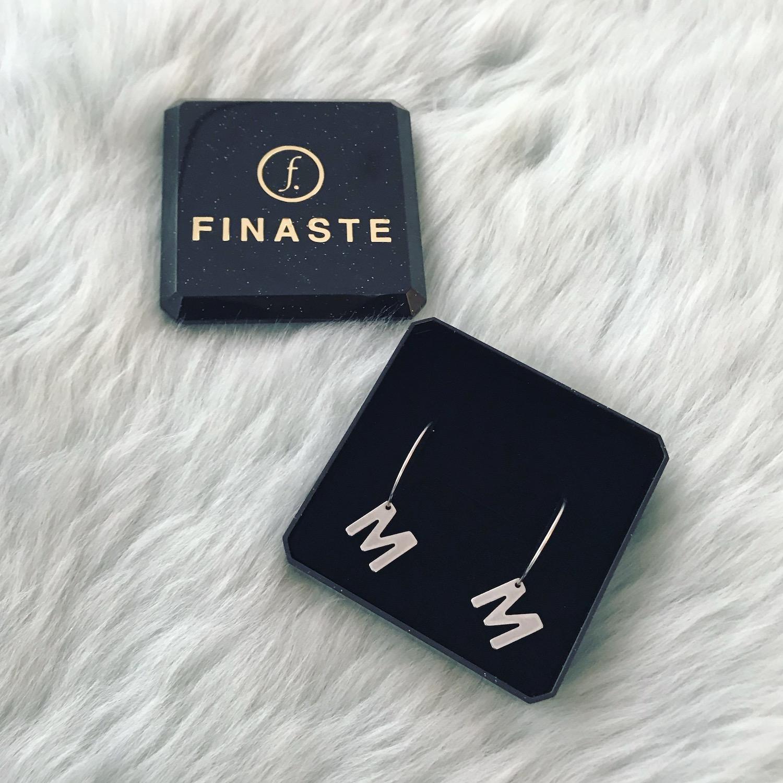 Zilveren oorringetjes met letter in sieradendoosje