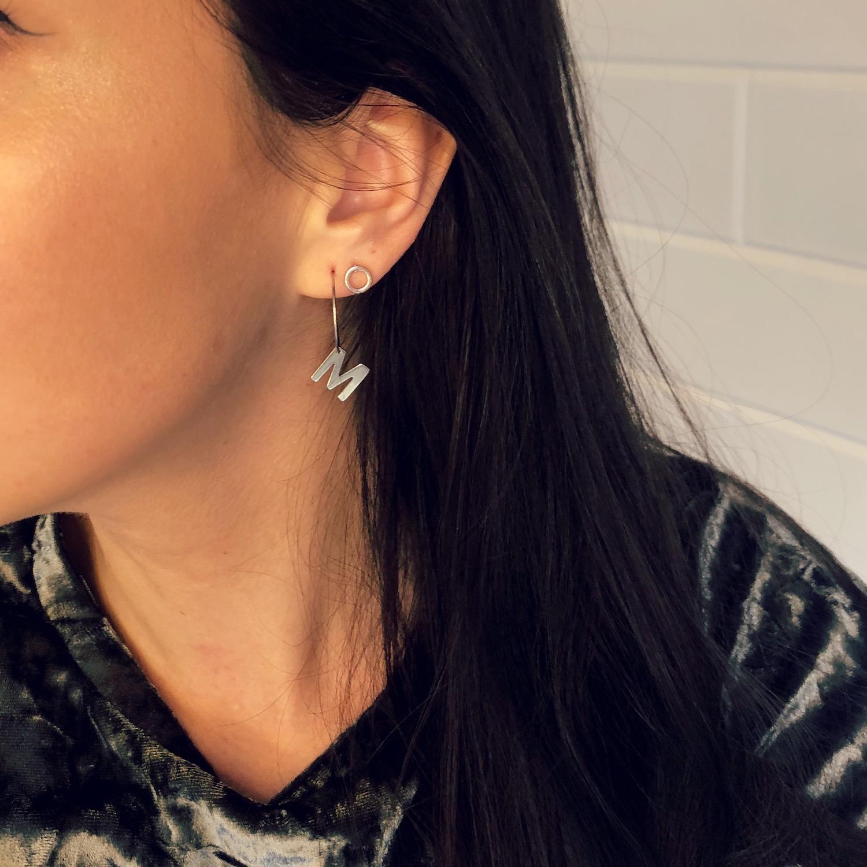 Letter oorbellen gecombineerd met zilveren cirkel oorbellen