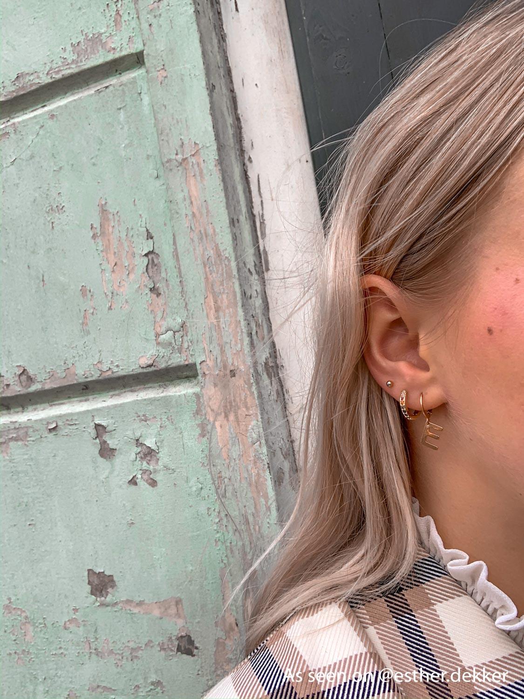 Influencer draagt gouden earparty van Finaste