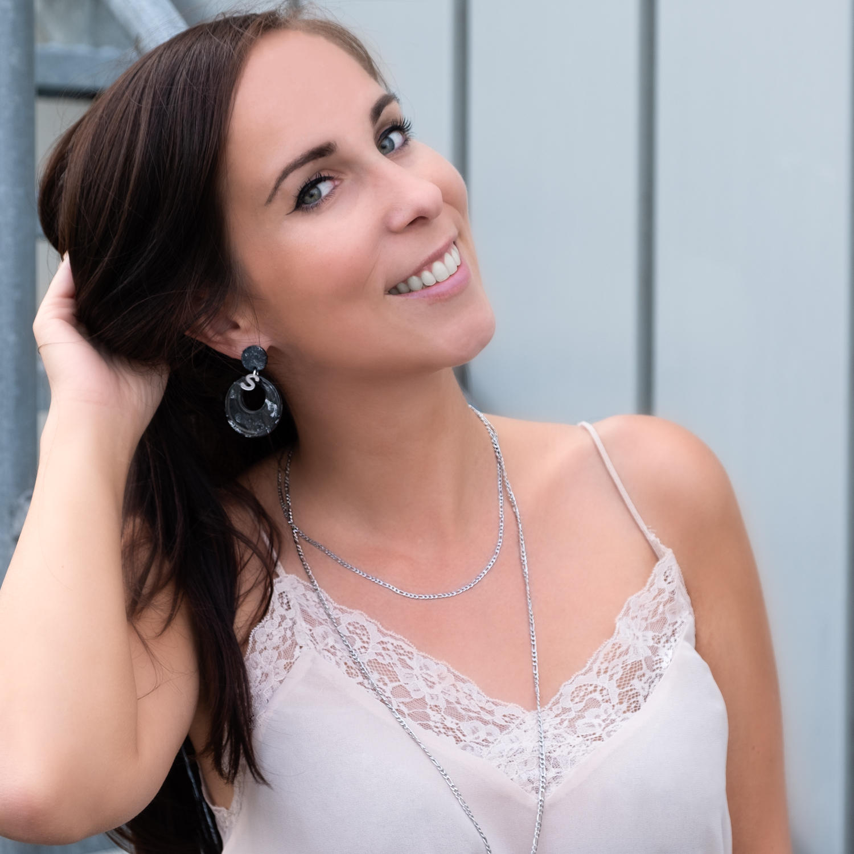 Vrouw draagt dubbele basis ketting in het zilver om de nek