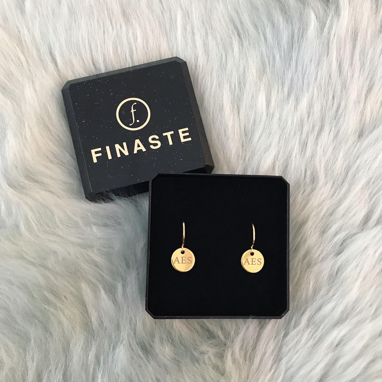 Gouden graveerbare oorbellen met initialen in sieradendoosje