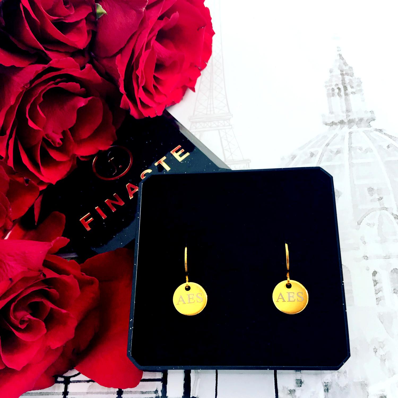 Gouden graveerbare oorbellen met muntje bij rozen
