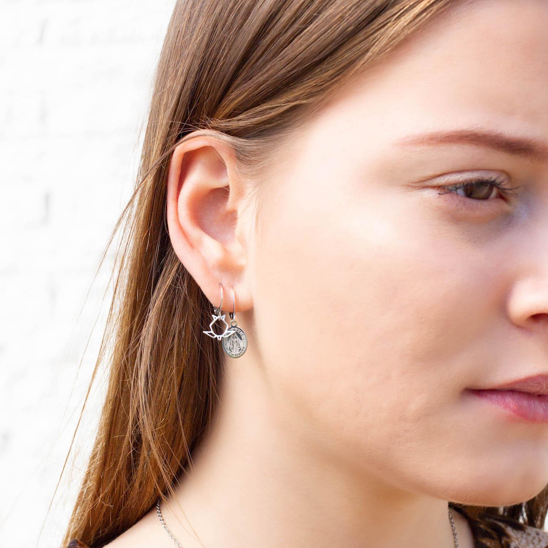 Verschillende sieraden bij jonge vrouw