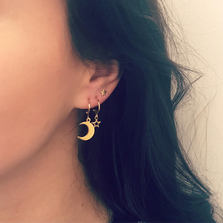 Gouden oorbellen combinatie bij meisje met donker haar