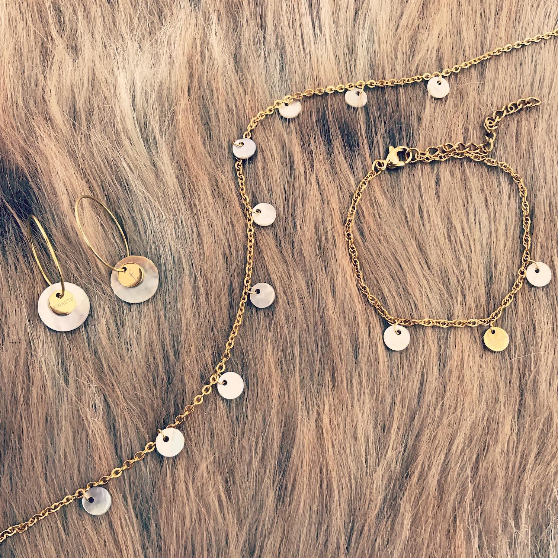flatlay van diverse prachtige sieraden van finaste