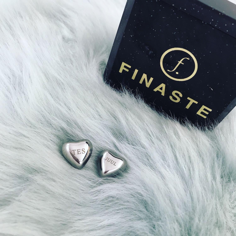 Graveerbare zilveren hartjes oorbellen met sieradendoosje van Finaste