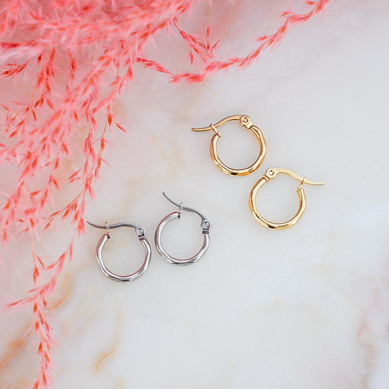 basis oorringetjes in een gouden en zilveren kleur om te kopen