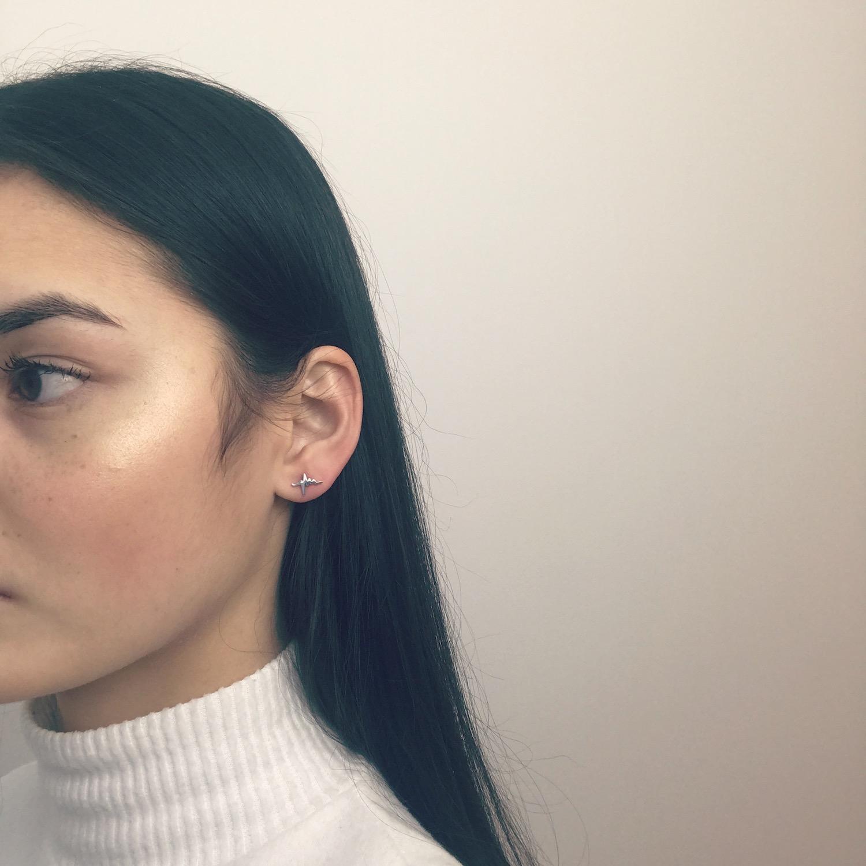 Meisje draagt zilveren hartslag stud oorbellen