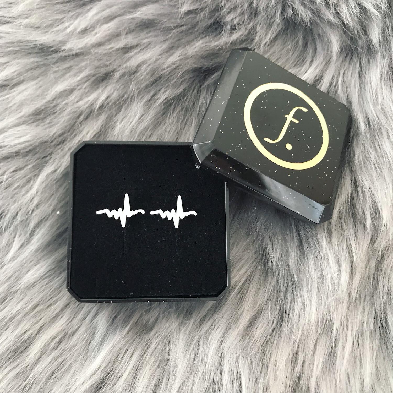 Zilveren hartslag stud oorbellen in sieradendoosje