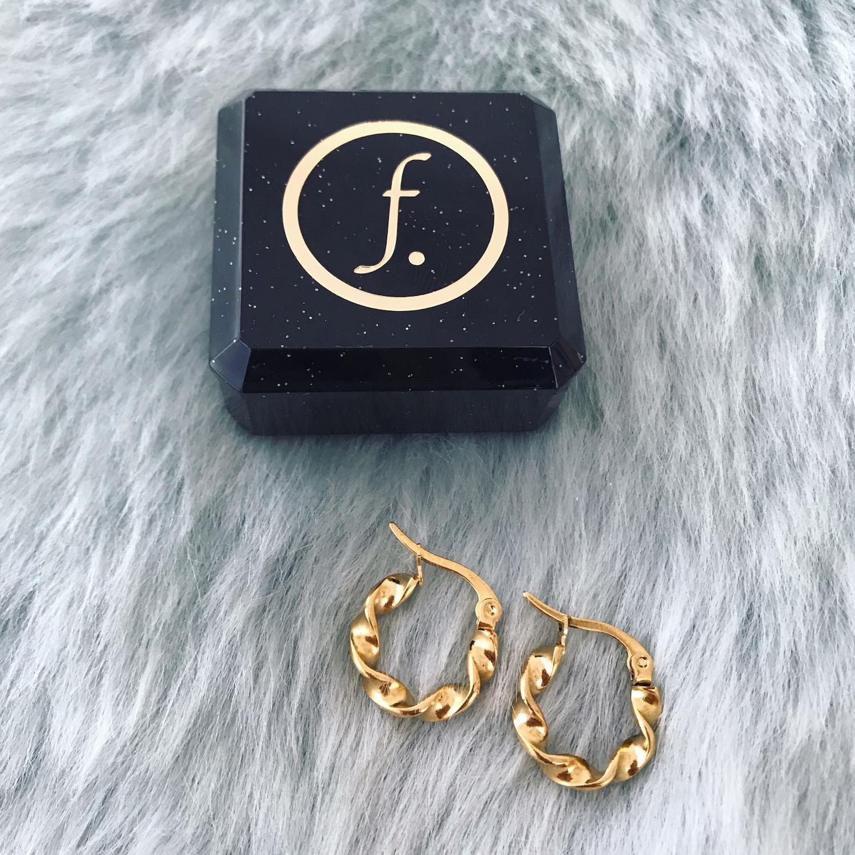 Gouden mini twist oorringetjes bij sieradendoosje