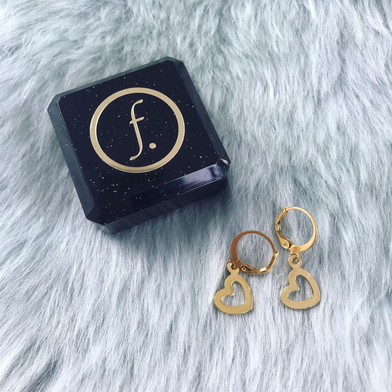 Gouden hartjes oorbellen bij sieradendoosje