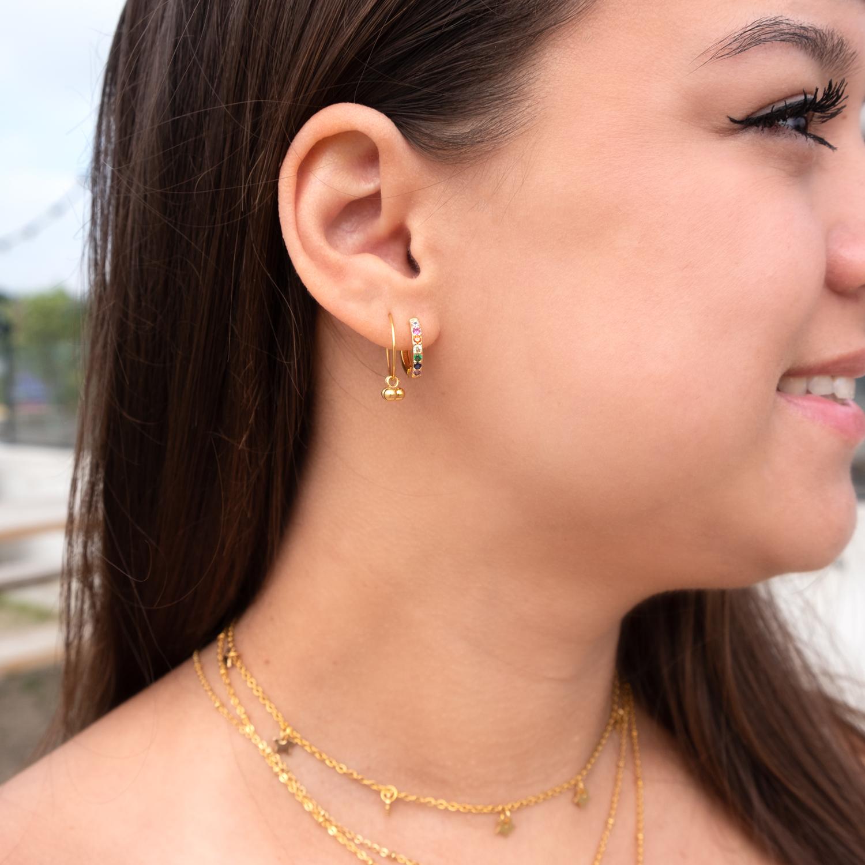 gouden oorringetjes met bolletjes bij vrouw