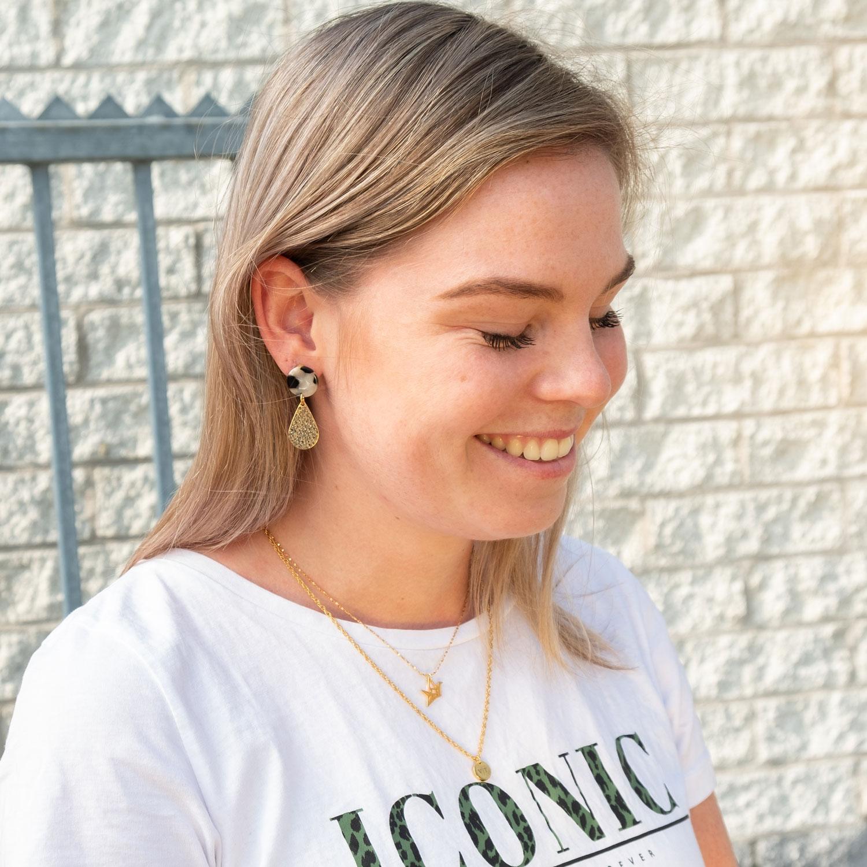 Meisje draagt gouden sieraden mix