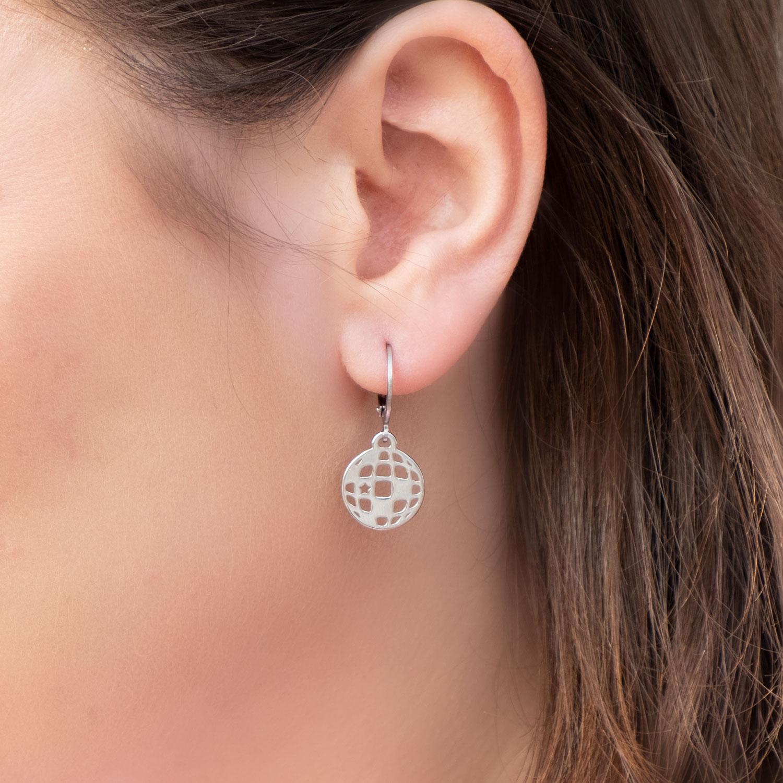 Meisje draagt zilveren disco oorbellen uit de party collectie