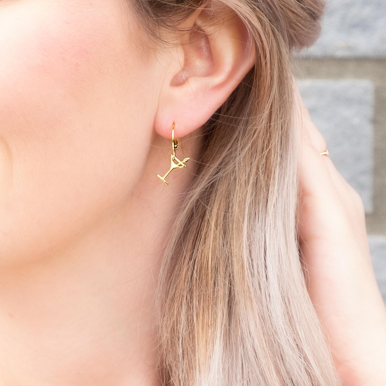 Gouden cocktail oorbellen in oor