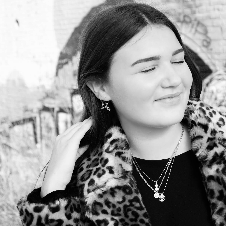 Meisje met panterprint jas en finaste party sieraden