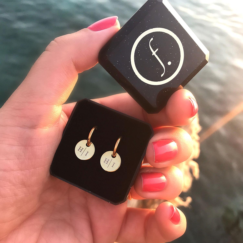 Mooie ronde oorringetjes met muntjes met twee letters erop in het goud