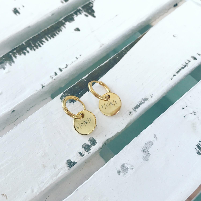 oorbellen met gratis gravering op een houten plaat met letters