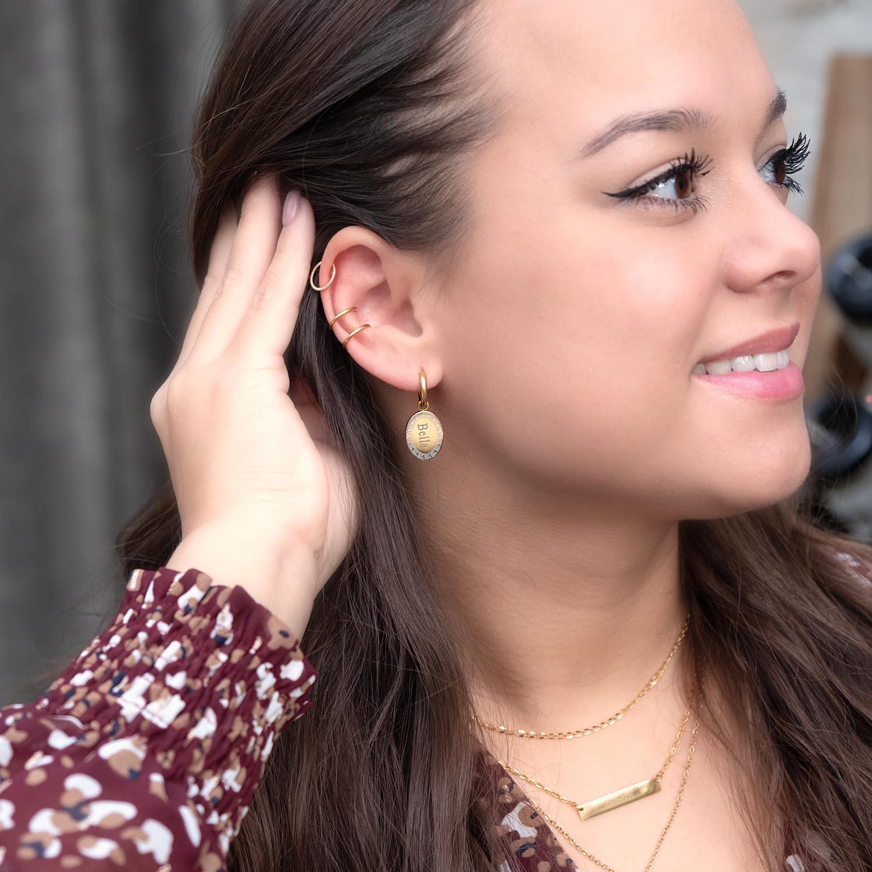 mooie gouden oorbellen met naam in het oor