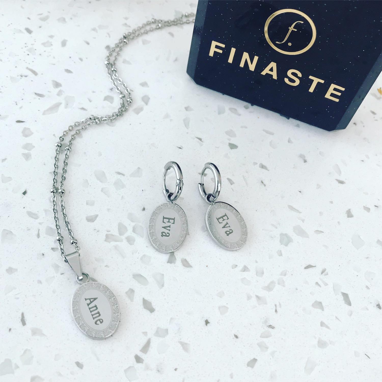 Zilveren oorbellen en ketting met naam met sieradendoosje