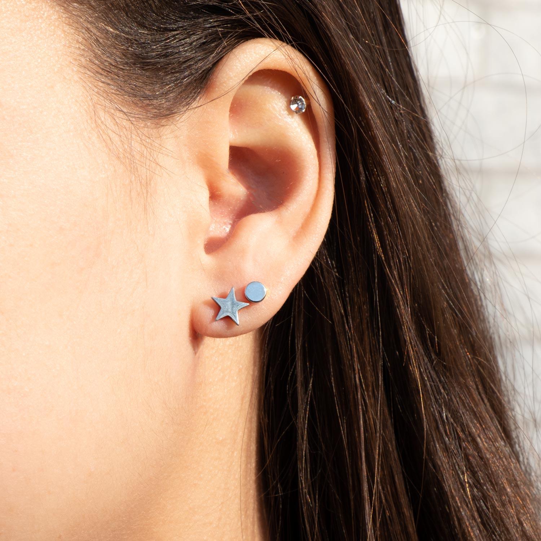 Meisje draagt een earparty van ster oorbellen en studs