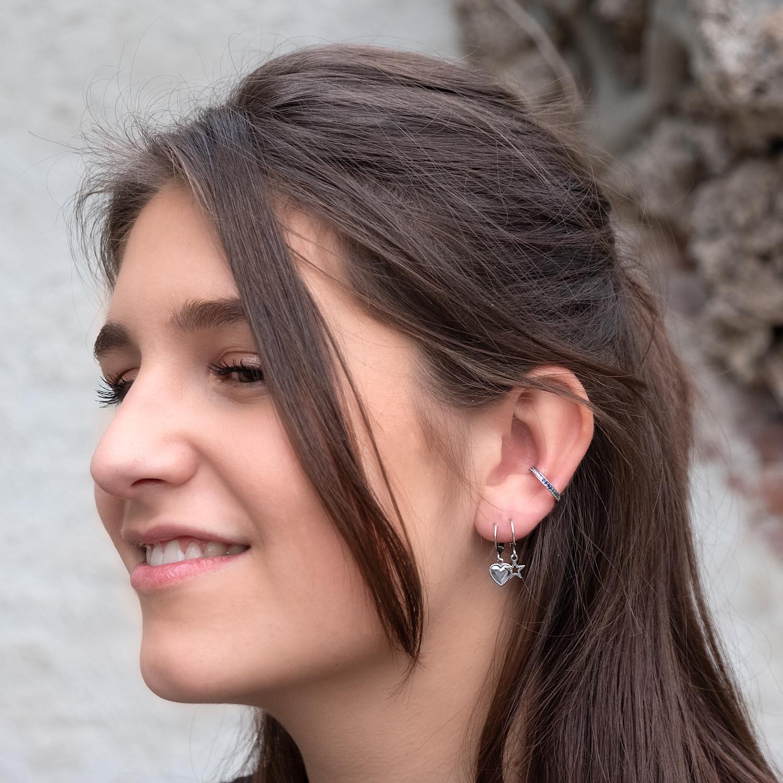 Leuke zilver oorbellen in het oor voor een complete look