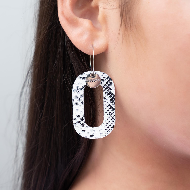 Statement oorbellen met snake print in het oor
