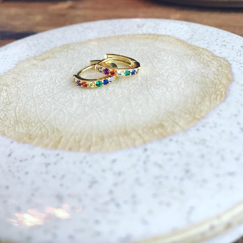 Gouden oorringetjes met gekleurde steentjes