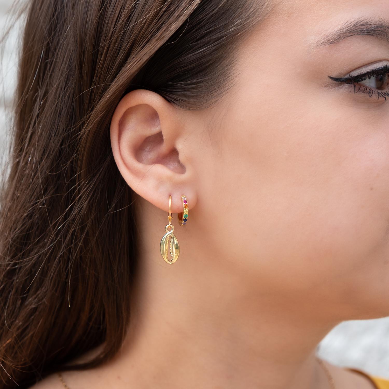 Oorbellen met gekleurde steentjes in het goud