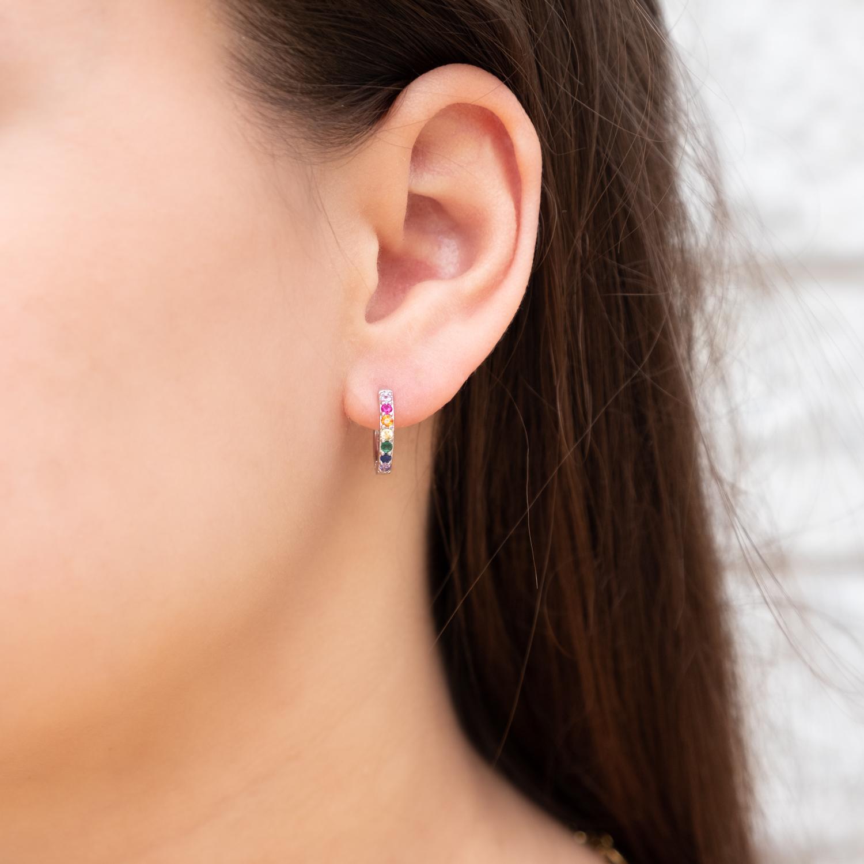 Gekleurde oorringetjes bij vrouw met donker haar