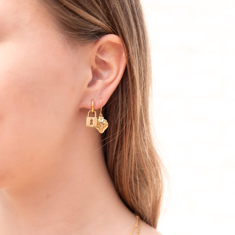 Twee paar gouden oorbellen met slotje en aardbei