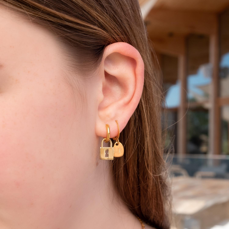 Gouden oorringetjes met slotje in combinatie met graveerbare oorbellen