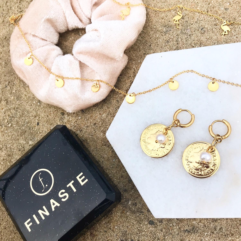 Verschillende gouden sieraden met oorbellen kettingen en haaraccessoire