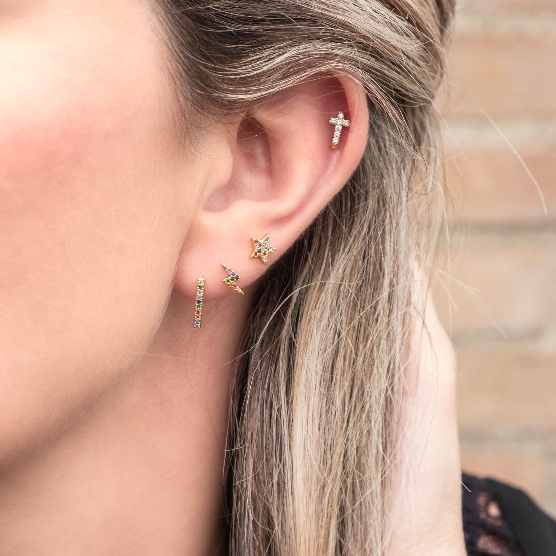 Gouden regenboog oorbellen combinatie bij blond haar